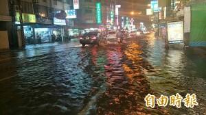 大雷雨夜襲!安南區又淹水了 「安中河」大水沖入民宅…