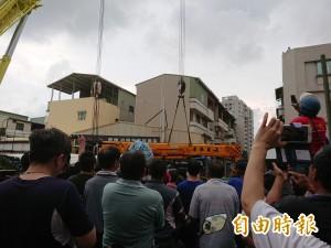 台南「吃人路」百噸吊車救援記 民眾圍觀看實境秀