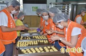 庇護學員休假 這家公司發動志工助趕製月餅