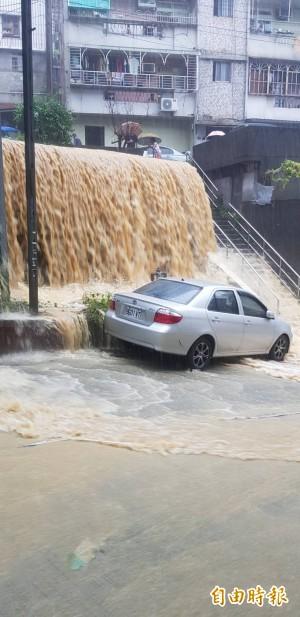 基隆新西街土石崩落 民譏諷「十分泥瀑」在眼前