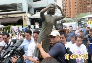 日人踹台南慰安婦銅像 國民黨、統派至日台交協抗議砸雞蛋