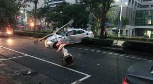 開車撞燈桿受傷 酒測値0肇事原因竟是這個⋯