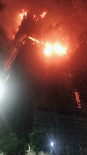 新莊高樓工地烈焰狂燒 百名警消搶救