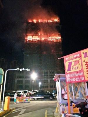 新莊大樓工地狂燒2小時 消防進入搶救又撤回