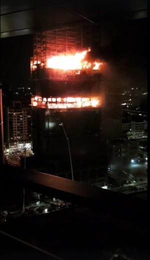 新莊大樓工地大火向上竄燒 雲梯車伸直都灌救不到