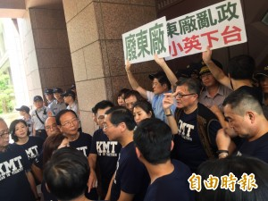 18藍委爬牆闖入行政院 抗議促轉會淪打手