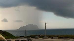 基隆嶼驚現雨瀑奇景 民眾直呼難得一見