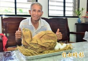 10KG超大番薯激似老母雞 村民笑稱:要拿去燉「雞」湯