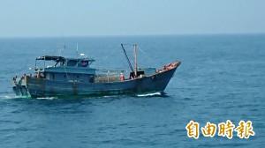 中國漁船刻意隱匿船名 澎湖海巡隊帶回調查
