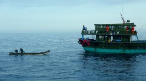 中國子母船捕魚再現!母船遇取締竟想斷尾子船求生