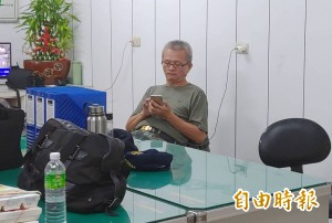 「五星共產廟」魏明仁打傷官員 進警局悠哉滑手機