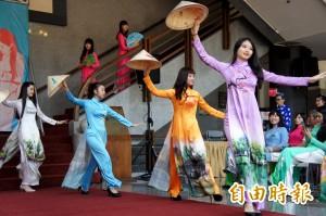 台灣美少女穿越南國服走秀 圖案有阿里山也有下龍灣
