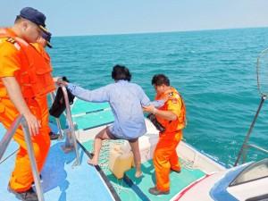 安平外海漁船船長落海失聯近2小時 民船海巡合力搶救