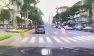少女闖馬路遭撞飛 行車紀錄器畫面超驚悚