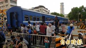 高雄臨港線末班車 95歲攝影師到場拍照送別