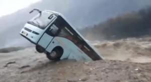 暴雨襲印度北部釀11死 直擊大巴士遭洪水捲走