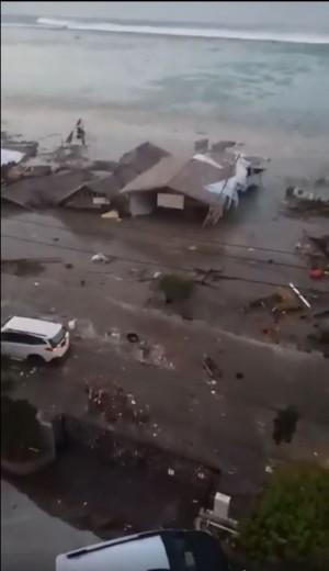 印尼規模7.5強震引發海嘯 居民驚慌哭號棄房逃生