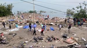 印尼強震、海嘯至少30死 海灘「遍地遺體」