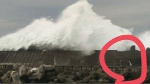 八斗子恐怖巨浪瞬間打來  2人當場倒地送醫