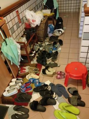 隔壁住蜈蚣?鄰居門外逾40雙鞋竟擺到自家門口