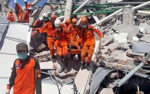 印尼飯店強震後恐有60人遭活埋   救難人員徒手挖掘