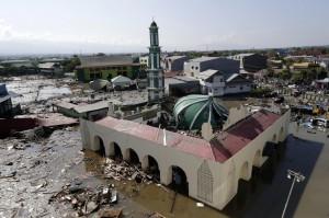 印尼海嘯後 逾30萬人大城音訊全無、當局憂罹難者恐達數千