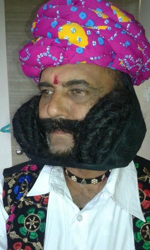 6.7公尺!蓄鬍33年 印度美髯客每天花3小時理門面