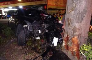 酒駕自撞路樹 休旅車車頭被撞爛