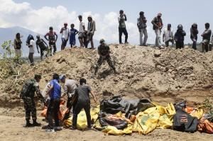 來不及認屍了!印尼100公尺長亂葬崗掩埋海嘯罹難者遺體