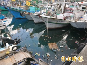 南方澳漁港飄滿垃圾 陳金德大嘆:很沒面子