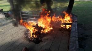 詭異!機車「發爐」自燃 燒到剩骨架