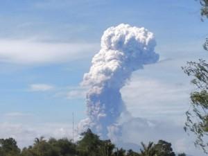 才剛遭強震、海嘯重創 印尼蘇拉威西島今早火山爆發