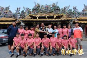 北港建國國中女排「永信杯」奪冠 獎杯獻媽祖