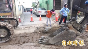 國慶日施工 居民罵翻:遭封路、斷水電、包商帶小孩「監工」…