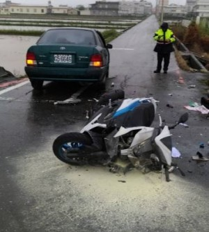 機車疑闖紅燈撞轎車    宜蘭高商學生1命危1傷