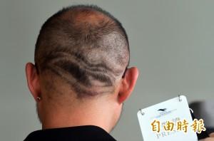 為了「行銷」衛武營 他把LOGO「剃」在腦袋上