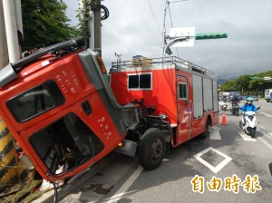 離奇!消防車頭突升起撞電桿 小隊長飛出遭輾不治