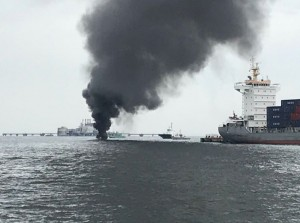 日本橫濱港碼頭火燒船  船上6人幸運獲救