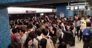 香港地鐵訊號大故障 人潮擠爆車站