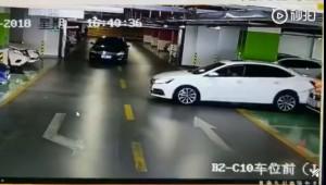 女三寶5分鐘連撞瑪莎拉蒂、奧迪和BMW 網:魔鬼般的技術