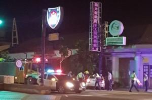 自投羅網!酒駕逃逸臨檢 竟自撞警局前被「扛」救出車
