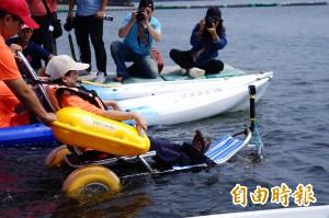 工程師摔癱研發「沙灘輪椅」 讓身障者下水游泳無障礙