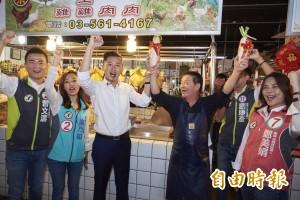 林智堅率議員團掃街竹蓮市場 市民獻菜頭祝13席全員紅不讓
