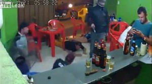 為什麼大家都趴著?男子滑手機太專心...沒聽見有人喊搶劫