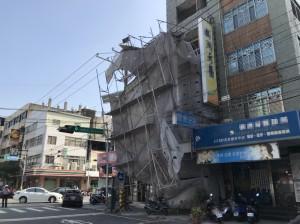 沙鹿市區透天厝拉皮工程鷹架倒塌  幸無人受傷