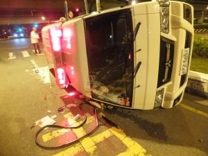 午夜飛車沒聽到喔伊喔伊  賓士撞翻救護車3人受傷