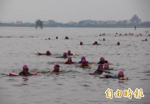 大鵬灣2千人長泳後 隔天泛「紅潮」…泳客怨水質差