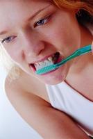 美國研究:每天刮舌5秒除食物殘渣 能延遲老化