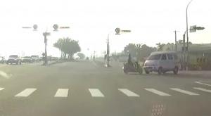 怎麼撞的? 機車竟然撞翻廂型車