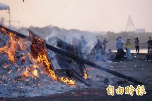 3年1度的東港迎王燒王船 船桅傾倒落幕...